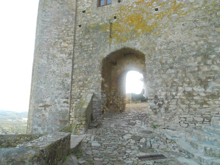 Entrada al castillo de Castellar de la Frontera. blessing ceremony English Spanish French